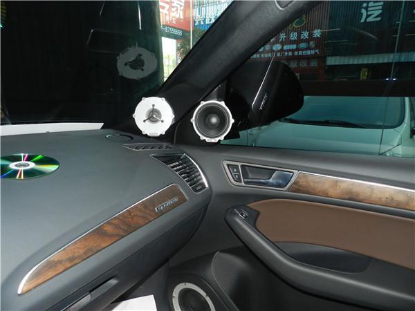 的方法在顶灯处加装先锋发烧CD机面板;-25万重金精心打造奥迪Q5高清图片